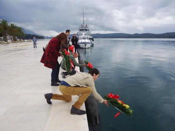 Anti NATO aktivisti spuštaju vijenac u more