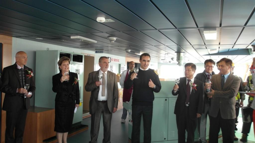 kapetan Radulovic sa zvanicama na komandnom mostu KOTORA_resize