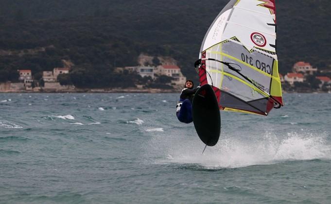 Iskoristili jako jugo i uživali u windsurfing akrobacijama