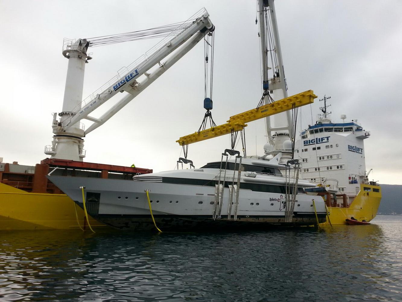 Ukrcaj jahte Indigo Star na brod Tracer