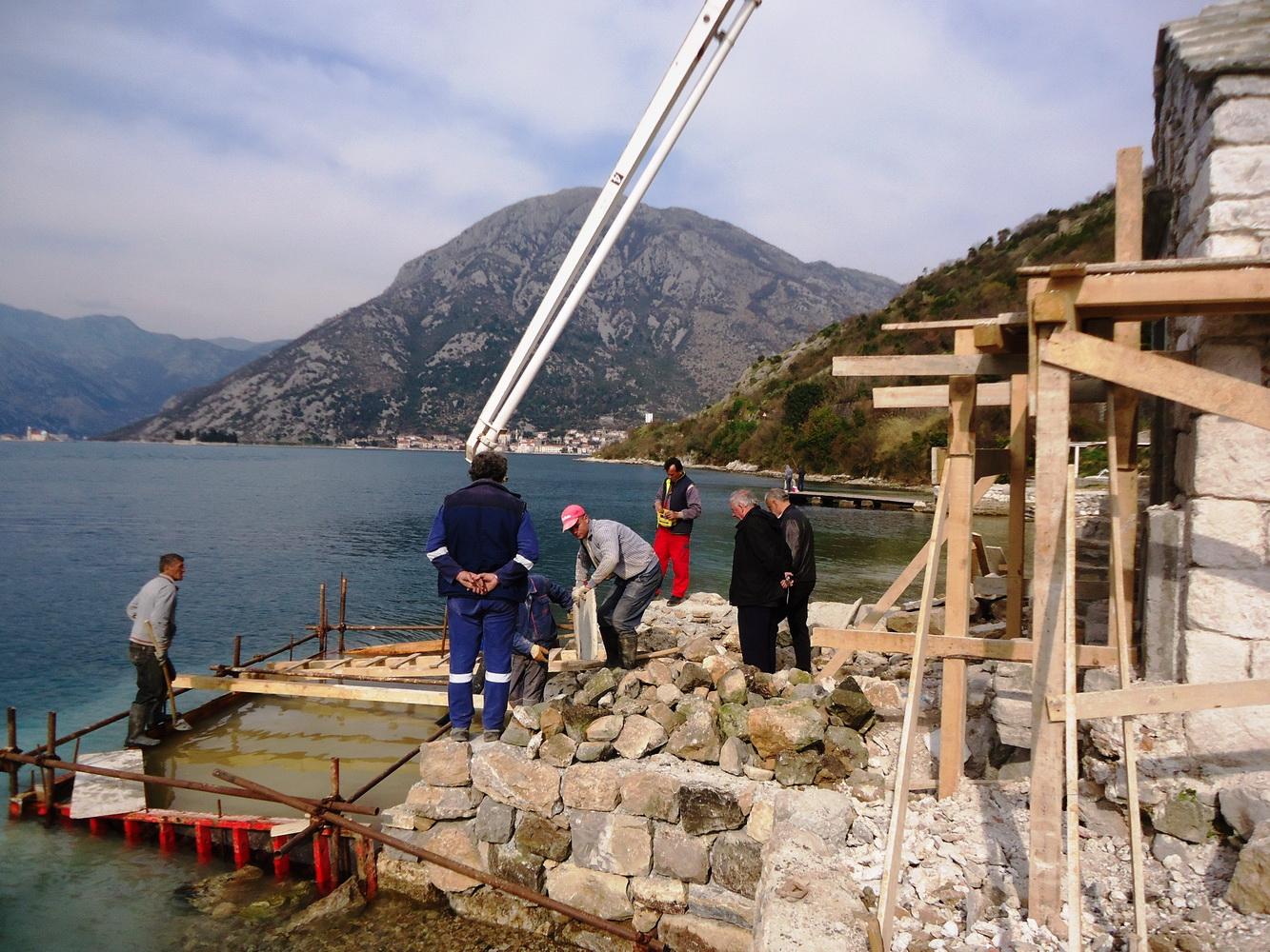 Izgradnaj ponte pred crkvom