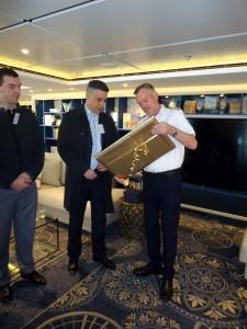 Gradonačelnik Kotora predaje poklon kapetanu