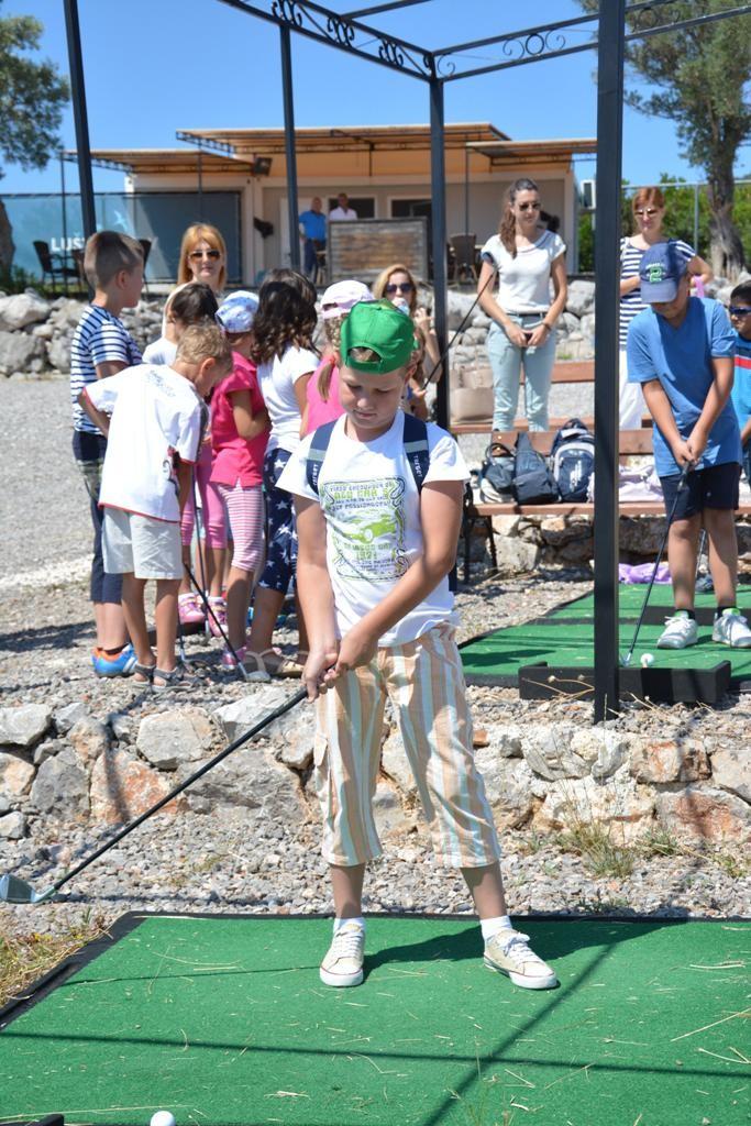 Tivatski osnovci na golf vježbalištu