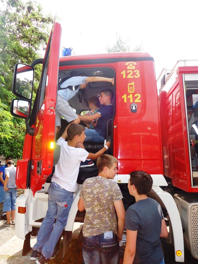 Djeca oduševljena vatrogascima