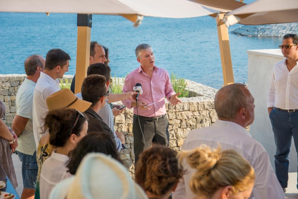 Izvrsni direktor Daren Gibson pozdravlja goste