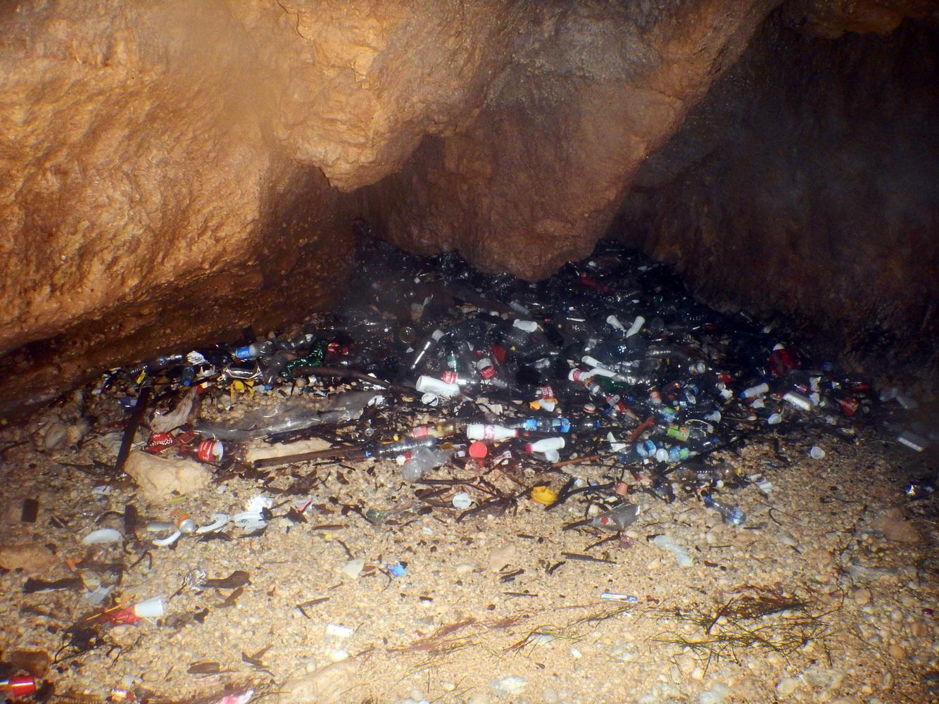 Morska pećina - otpad