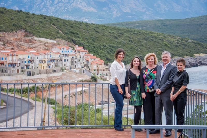Izvrsni direktor Darren Gibson i Ambasadorka (sa njegove desne strane) sa saradnicima