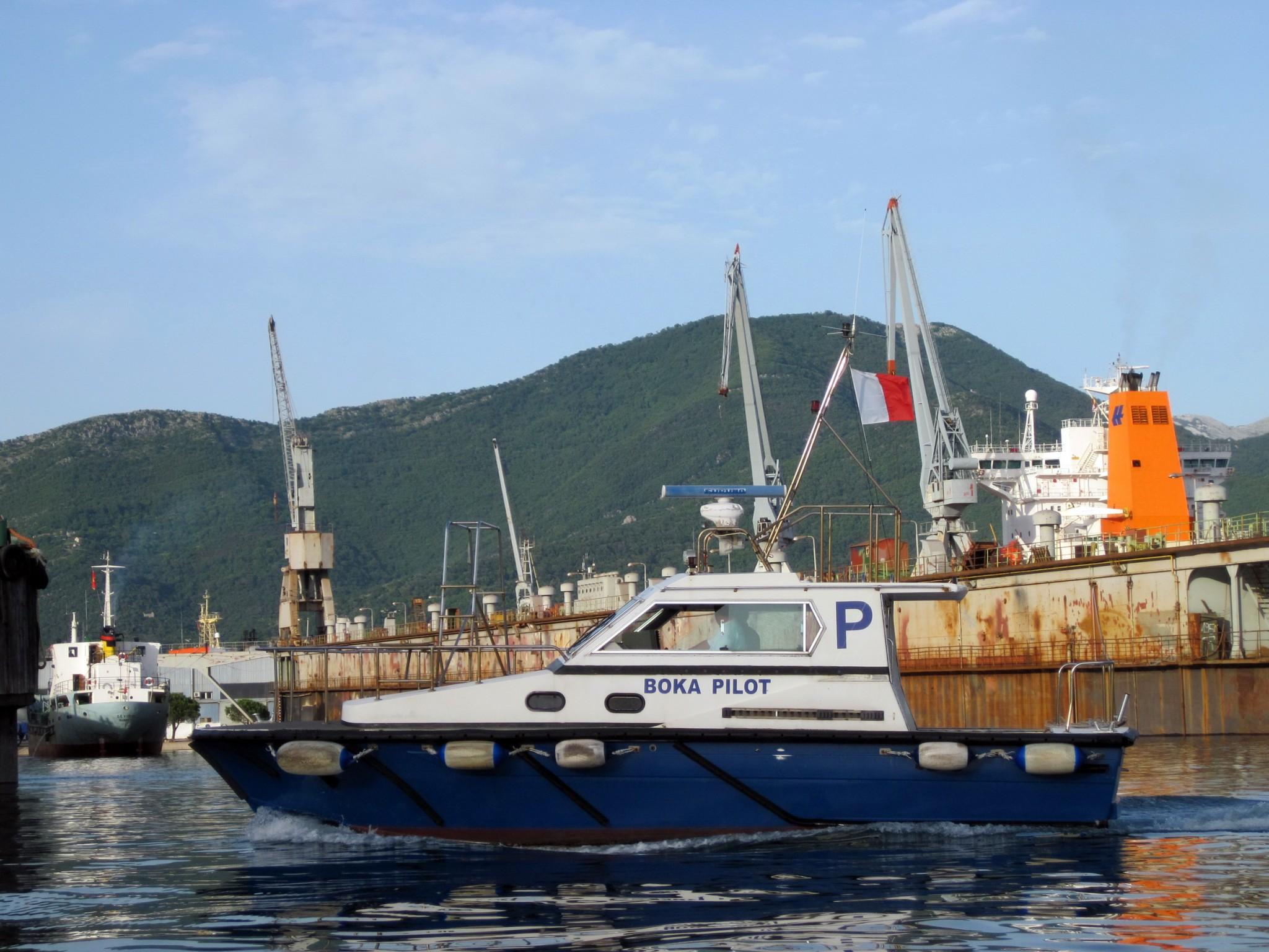 Plovilo jedne od pilotskih sluzbi u Boki Kotorskoj