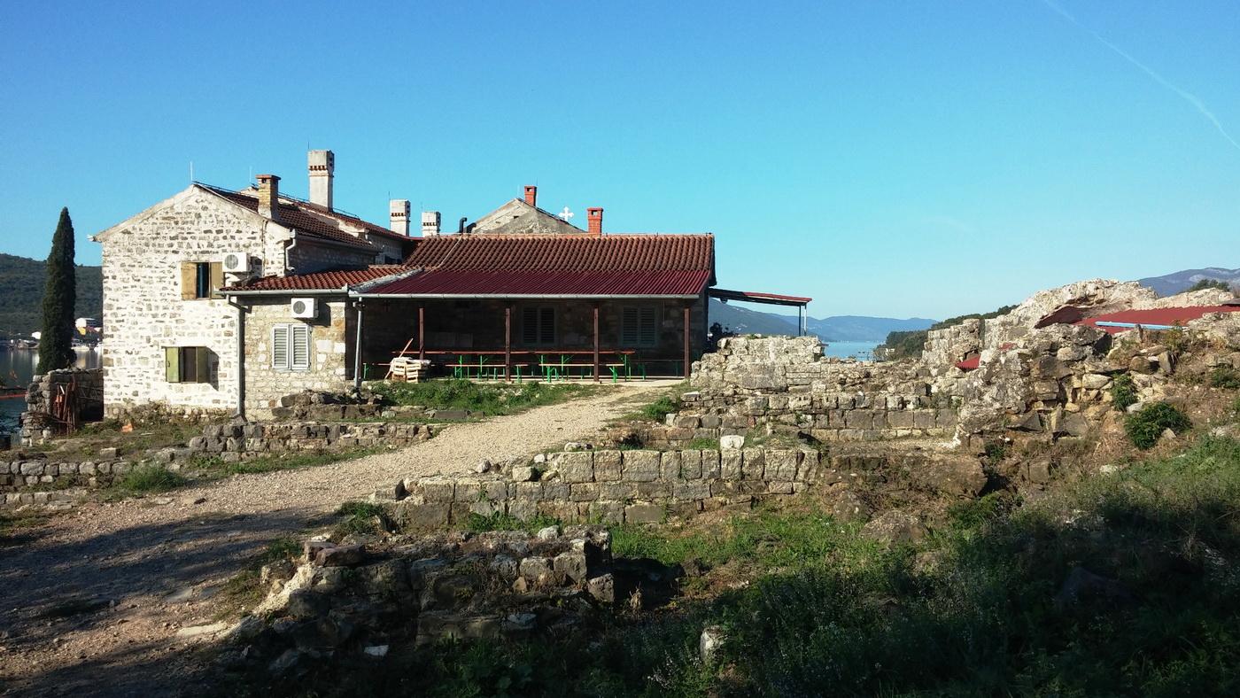 Iz manastirskog kompleksa na Prevlaci