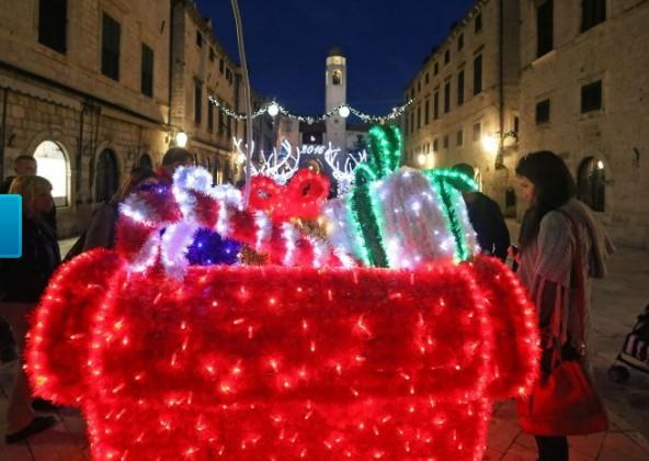 Božićna atmosfera na Stradunu-foto Nikša Duper