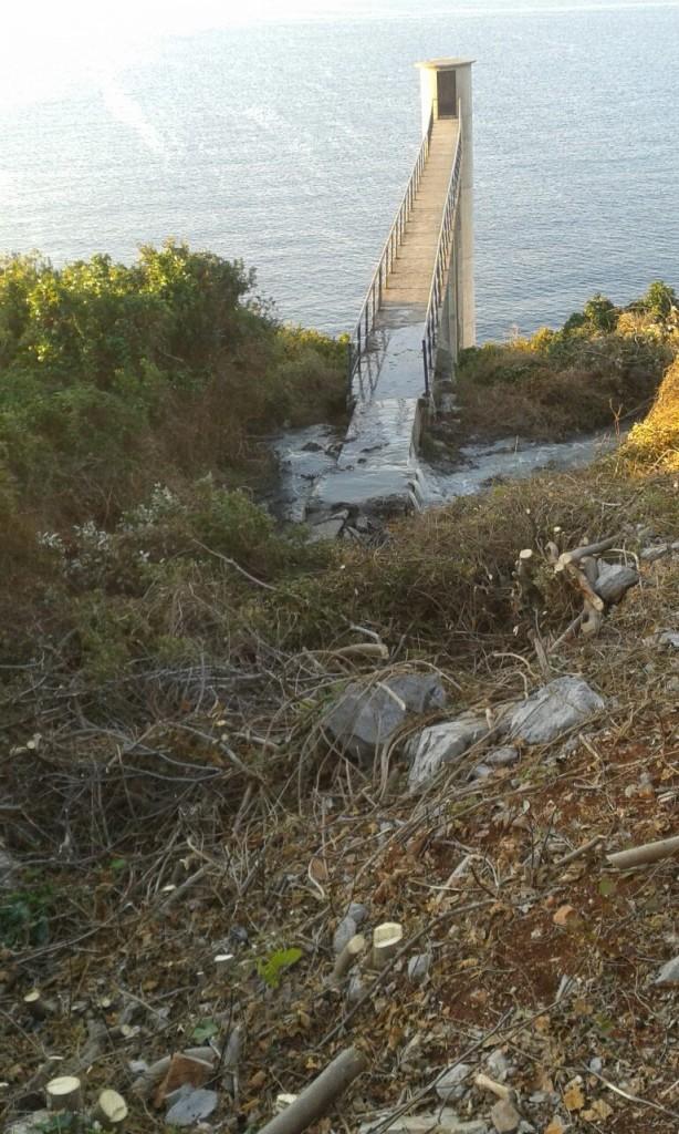 Izlivanje otpadnih voda na obali zaliva Trašte