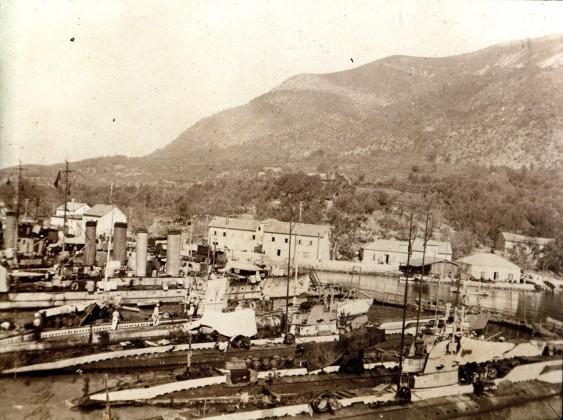 Podmornička baza u Đenovićima 1
