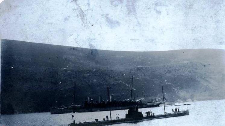 """Podmornica U-35 prolazi pored matičnog broda """"Gaa"""" u Boki"""