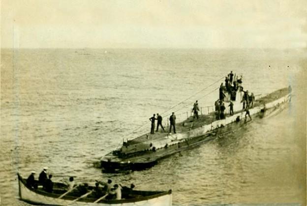 Podmornica U-35 sa čamcem za spašavanje i brodolomnicima sa jedne od njenih žrtava