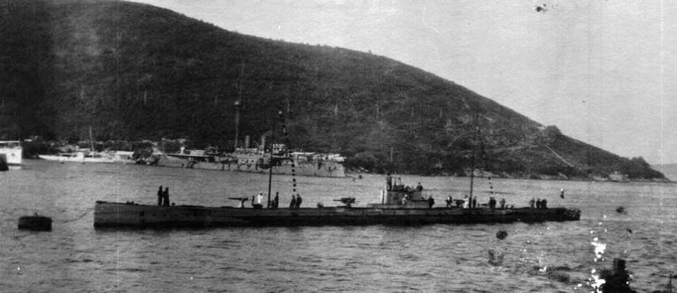 Podmornica U-35 vezana na plutači u Rosama