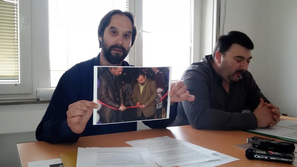 Kovačević pokazuje fotografiju Kankaraša kako otvara Magnoliju
