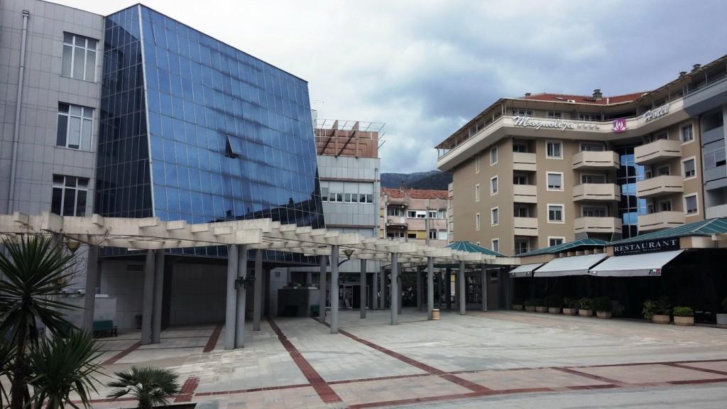 Zgrada Opštine lijevo i hotel Magnolija desno