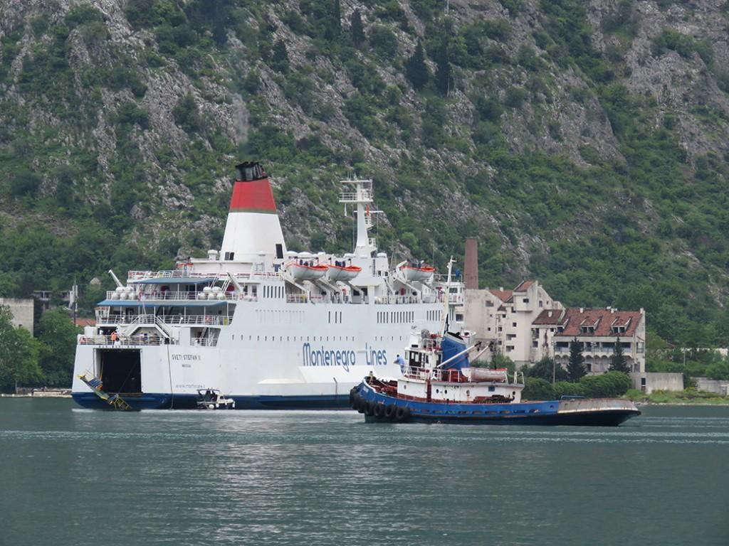 Ostreceni SVETI STEFAN II i remorker u Kotoru