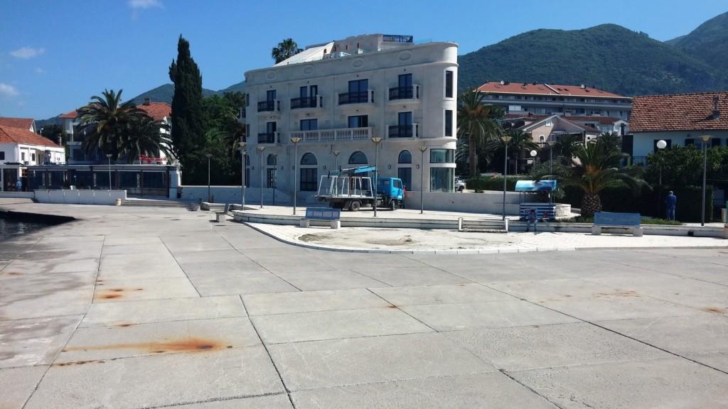 Dio plaze ispred novog hotela La roche