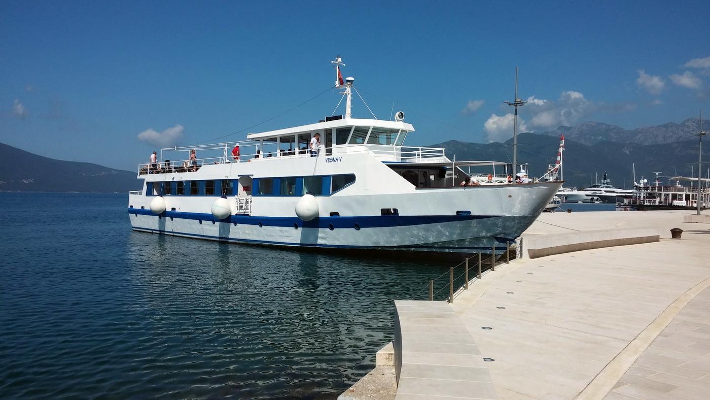 Jedan od turistickih brodova na rivi Pine