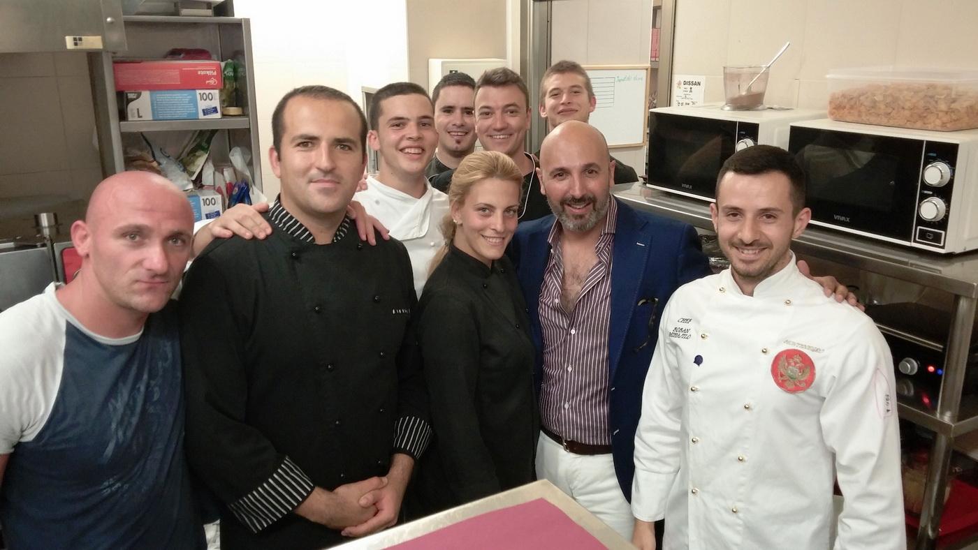 Maestro Ribaldone sa osobljem kuhinje restorana Prova