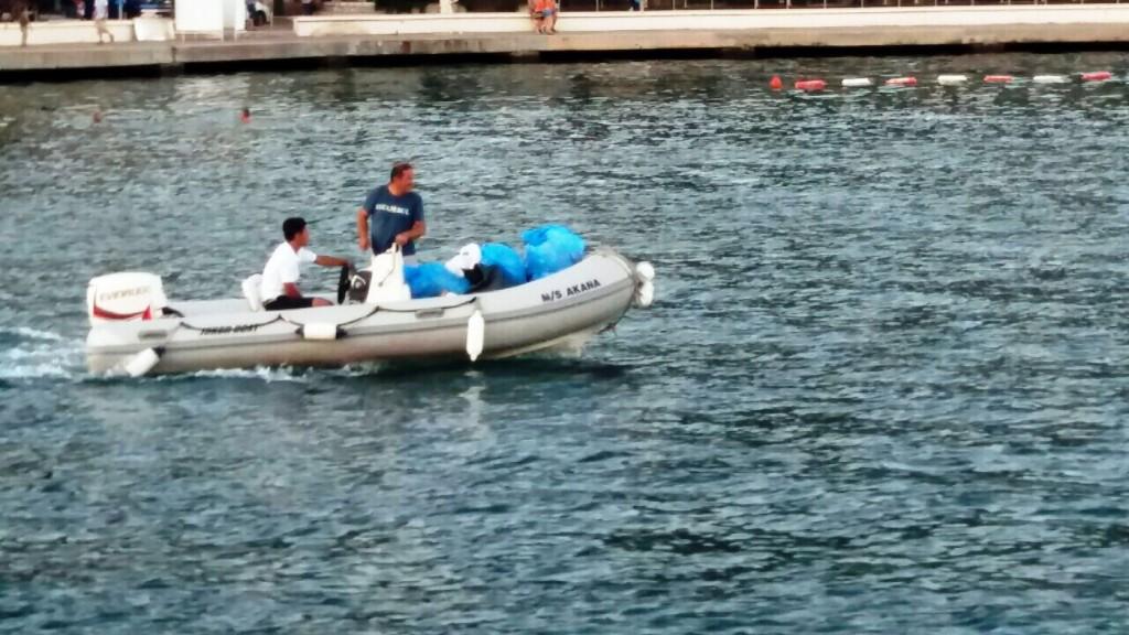 Tivat posade udidrenih jahti nose smece na obalu