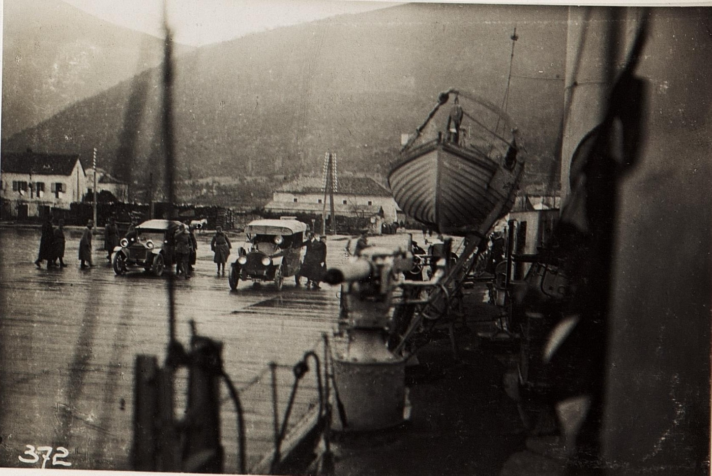 Einschiffung auf den Torpedobootzerstörer SCHARFSCHUETZ in Theodo