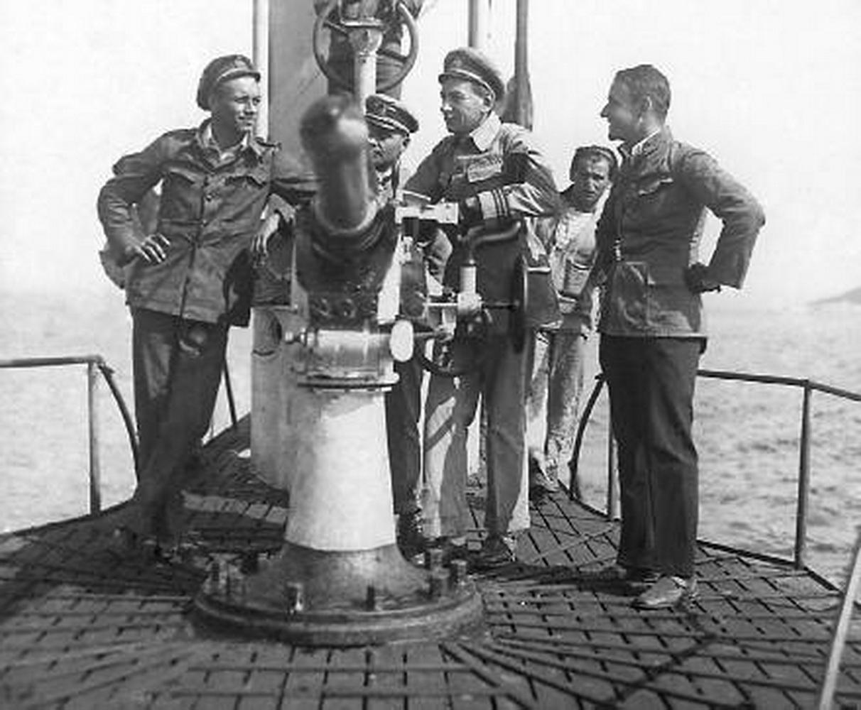Slavomir Tomić  u sredini na palubi podmornice-U-27